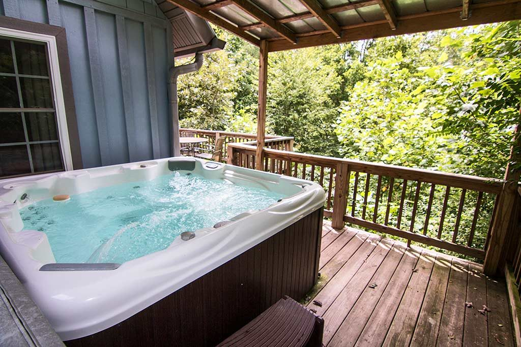 Maoin floor deck with gas grill and hot tub